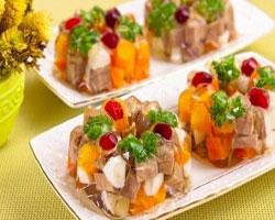 томатно-рыбное-заливное-с-вином-и-авокадо