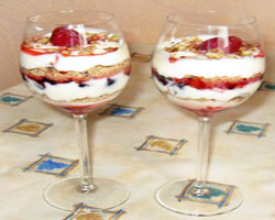 десерт-с-бисквитным-печеньем-и-ягодами