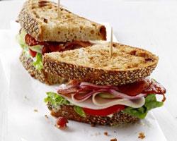 сэндвич-с-курицей-салатом-и-авокадо