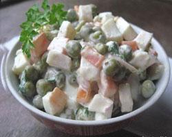 салат-с-кальмарами-и-зеленым-горошком