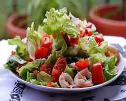 салат-с-креветками-перцем-помидорами-и-оливками