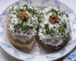 бутерброд-с-брынзой-чесноком-и-орехами
